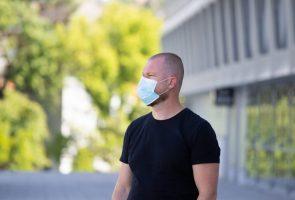 Homme avec masque de protection