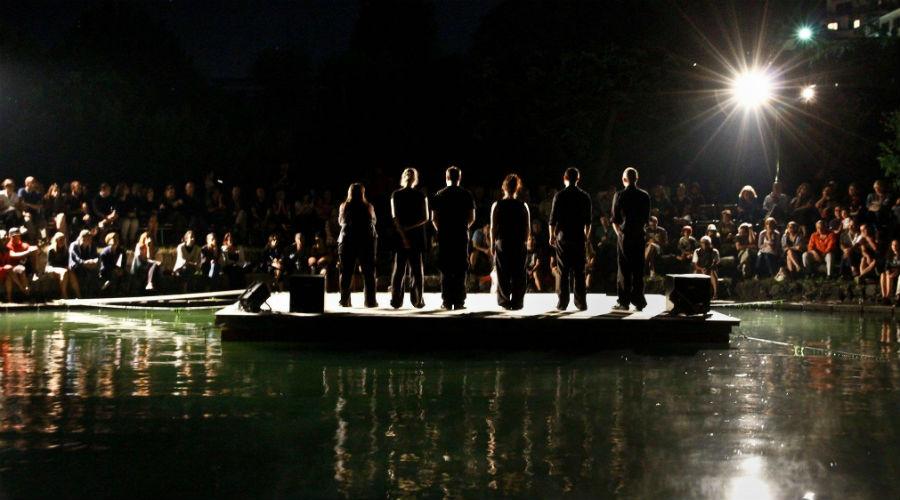 Plakat des Teatro alla Deriva 2020 auf der Stufe di Nerone mit Floßshows