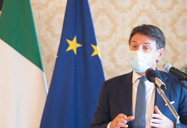 Le Premier ministre Giuseppe Conte avec le masque