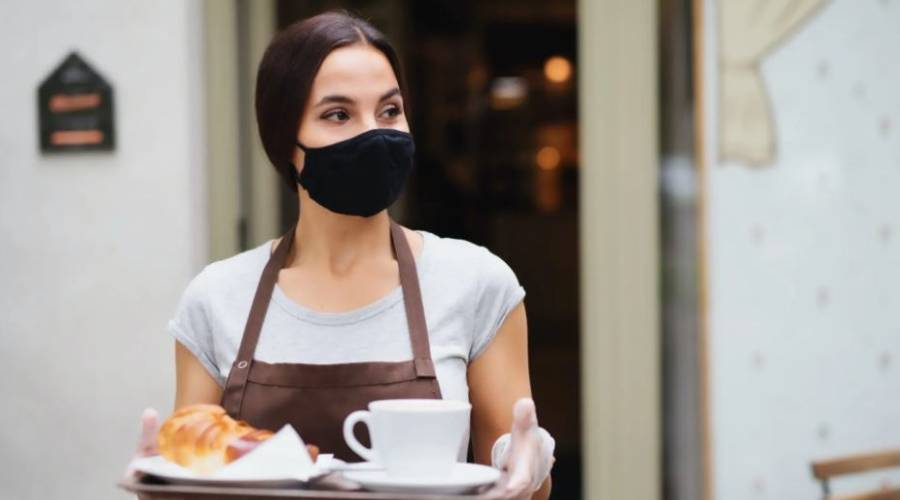 Kellnerin mit Maske