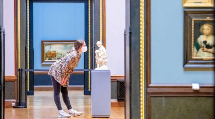 زائر المتحف بقناع
