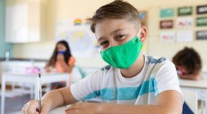 Ребенок в школе с маской