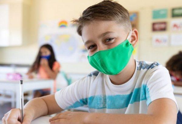 マスクを持った学校の子供
