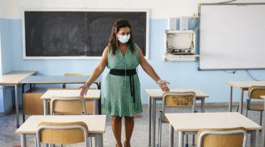Lehrer in der Schule während der Pandemie