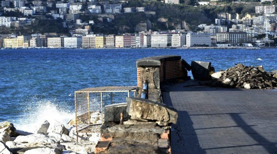 الأضرار على شاطئ نابولي بسبب العاصفة