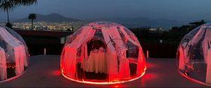 Bolle in plexiglas per San Valentino a Napoli