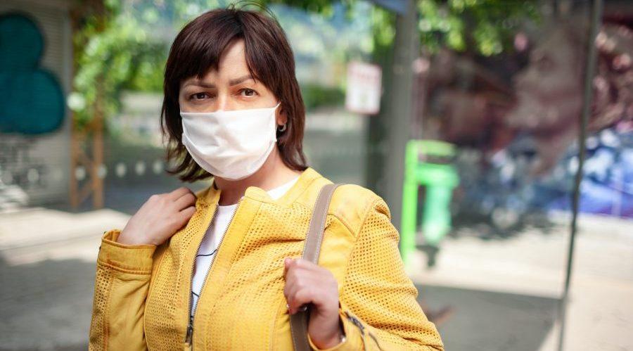 Frau mit chirurgischer Maske