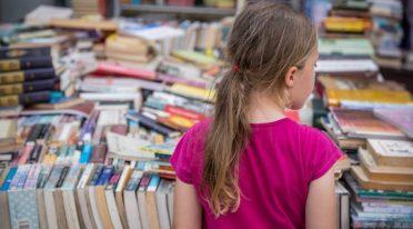 فتاة صغيرة في معرض الكتاب