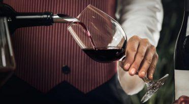 Sommelier mit Wein