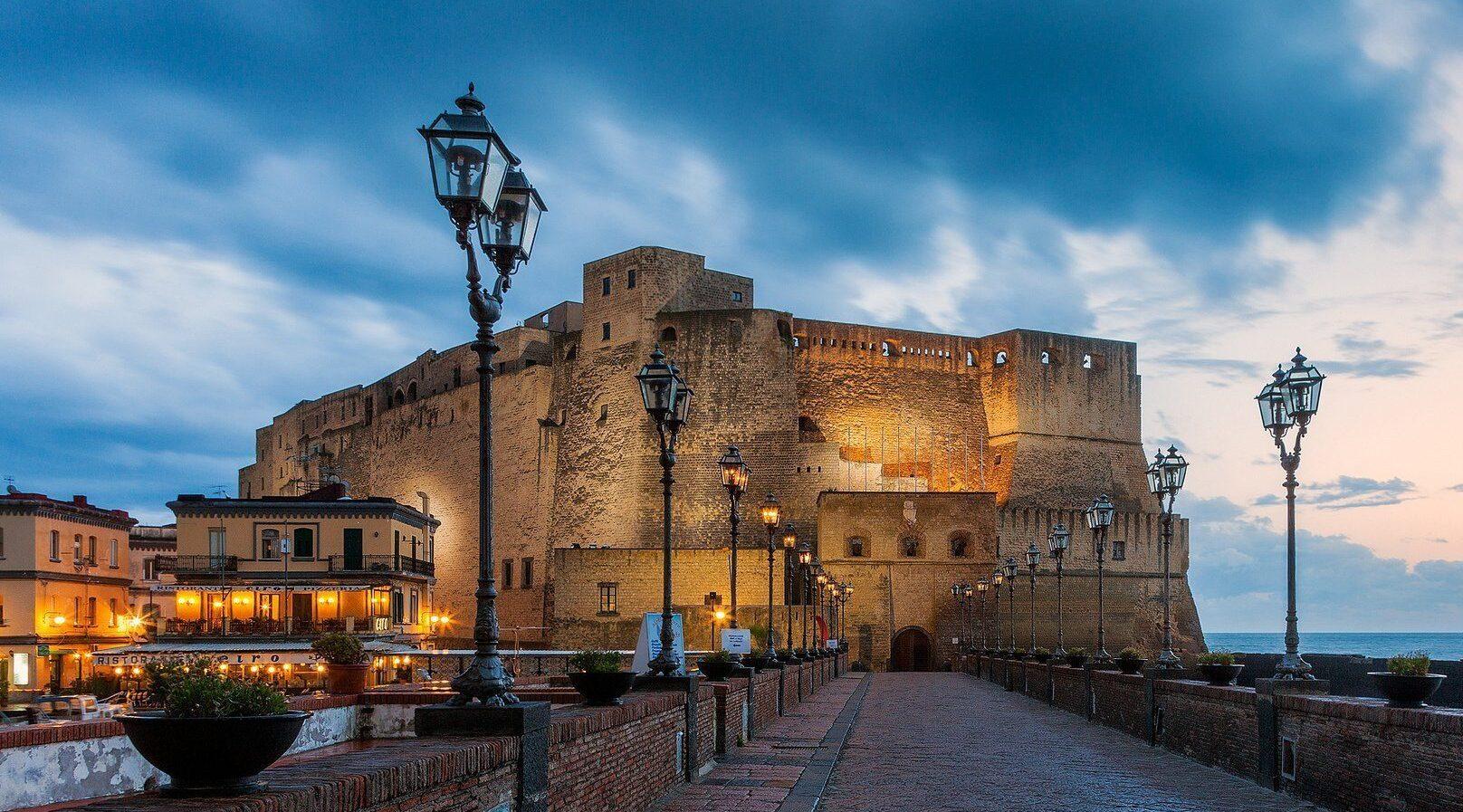 cartel de Al Castel dell'Ovo muchos eventos y música durante todo el verano