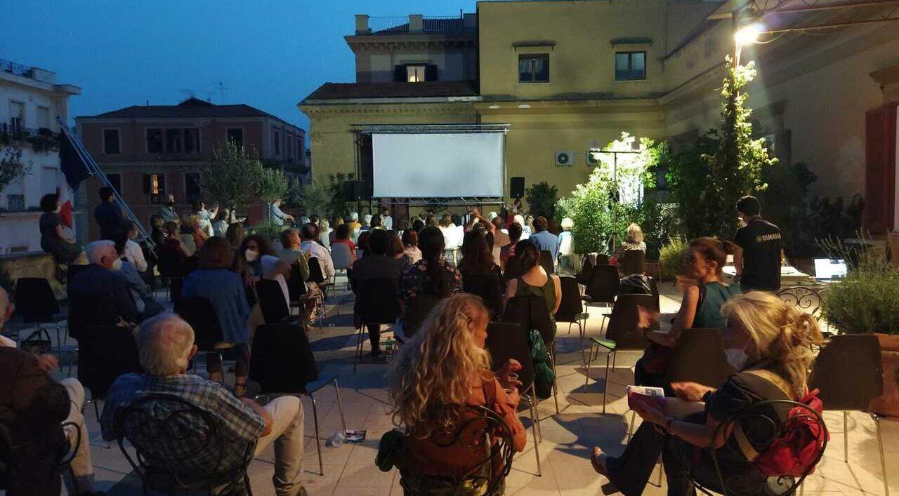 cartel de cine al aire libre en Nápoles en la terraza del Institut Français