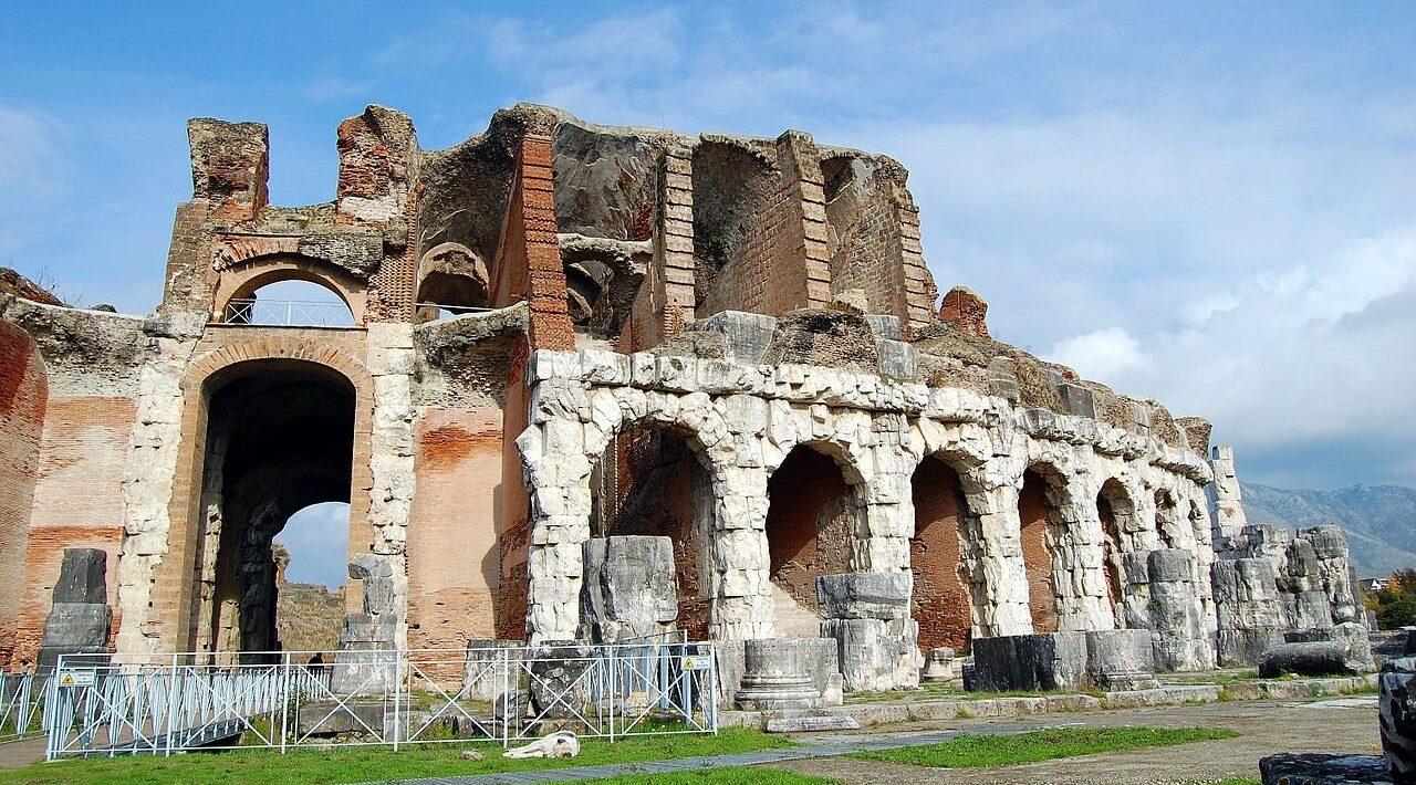cartel de Teatri di Pietra en Campania con espectáculos en antiguos anfiteatros y teatros