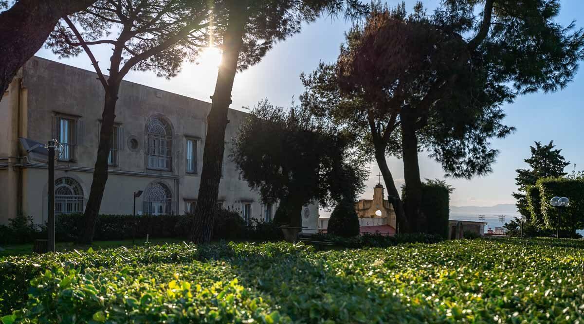 cartel de Storie al Verde en Nápoles: espectáculos al aire libre en los jardines con el Teatro Tram