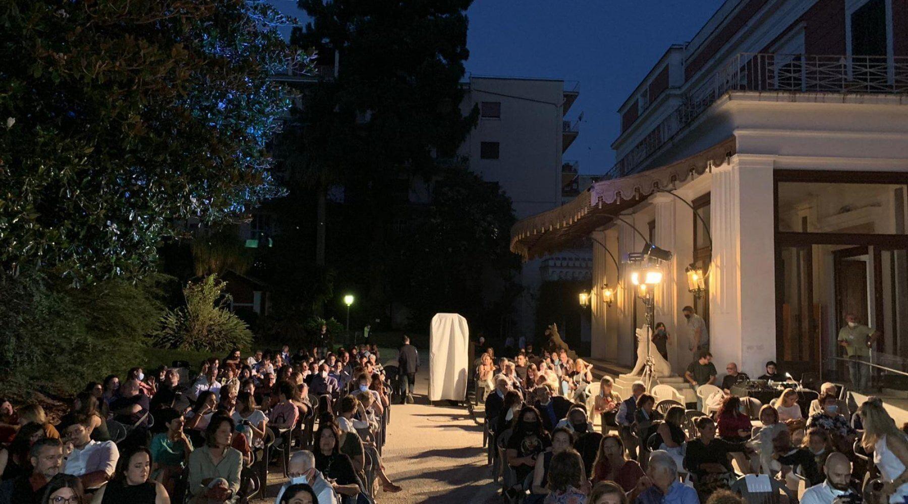 cartel de Doppio Sogno en Villa Pignatelli en Nápoles: cine al aire libre y música bajo las estrellas