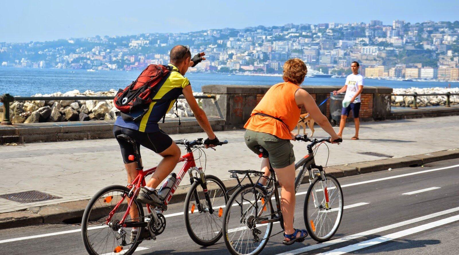 Афиша неаполитанского байк-фестиваля с велосипедными прогулками, концертами и поиском сокровищ на велосипеде