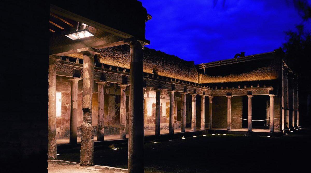 плакат раскопок Помпеи, специальные ночные открытия с августа по сентябрь
