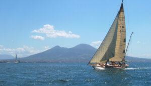 locandina di A Napoli le gare dell'Europa Cup League con 300 velisti nel mare di Nisida
